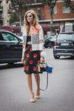Женщина вне модных парадов Armani строя на неделя 2014 моды женщин милана Стоковое Изображение RF