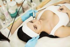 женщина воды спы здоровья ноги внимательности тела Женщина получая анализ кожи стороны cosmetology стоковые фото