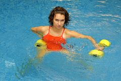 женщина воды dumbbels стоковые изображения rf