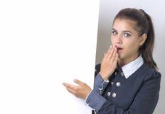 Женщина возбудила указывать на пустую пустую доску знака бумаги афиши дело предпосылки изолировало детенышей белой женщины Стоковые Фотографии RF