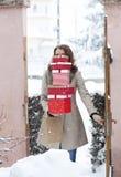 женщина возвращающ домой от ходя по магазинам держа кучи коробок подарка на рождество стоковые изображения