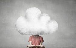Женщина возглавленная облаком прочитала книгу стоковые фото