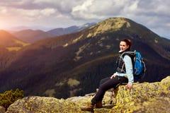 Женщина вокруг гор Стоковые Изображения