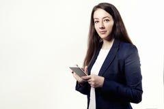 Женщина вокруг длинных волос 30 с телефоном в руках Стоковые Фотографии RF
