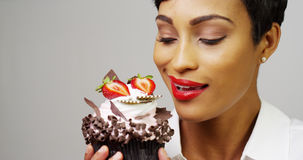 Женщина восхищая причудливое пирожное десерта Стоковая Фотография