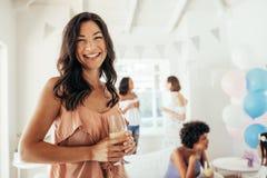 Женщина во время партии детского душа Стоковое Фото