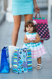 Женщина во время покупок с маленькой девочкой Стоковое Изображение