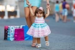 Женщина во время покупок с маленькой девочкой Стоковая Фотография
