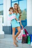 Женщина во время покупок с маленькой девочкой Стоковое Изображение RF