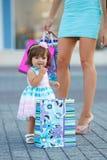 Женщина во время покупок с маленькой девочкой Стоковые Фото
