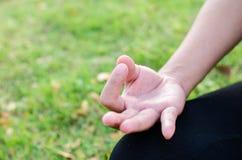 Женщина во время релаксации и раздумья в парке Стоковое фото RF