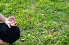 Женщина во время релаксации и раздумья Стоковое Фото