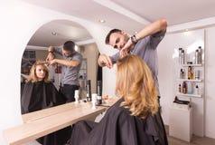 Женщина волос вырезывания парикмахера Стоковая Фотография