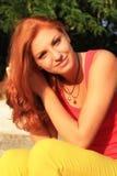 Женщина волос детенышей довольно красная внешняя Стоковые Фотографии RF