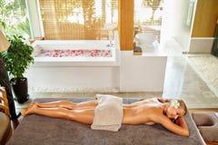 женщина воды спы здоровья ноги внимательности тела Женщина спы масло состава красотки ванны мылит обработку Массаж тела, салон ку Стоковое Изображение
