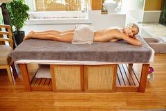 женщина воды спы здоровья ноги внимательности тела Женщина спы масло состава красотки ванны мылит обработку Массаж тела, салон ку Стоковые Изображения