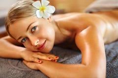 женщина воды спы здоровья ноги внимательности тела Женщина спы масло состава красотки ванны мылит обработку Массаж тела, салон ку Стоковое Изображение RF