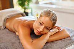 женщина воды спы здоровья ноги внимательности тела Женщина спы масло состава красотки ванны мылит обработку Массаж тела, салон ку Стоковые Фотографии RF