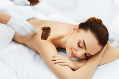 женщина воды спы здоровья ноги внимательности тела Косметика курорта косметическая маска прикладывать политуру кожи внимательност Стоковое Изображение RF
