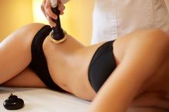 женщина воды спы здоровья ноги внимательности тела Обработка тела кавитации ультразвука контуря ans Стоковое Изображение