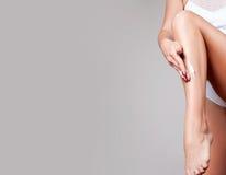 женщина воды спы здоровья ноги внимательности тела прикладывать женщину cream увлажнителя ног женской диаграммы совершенную Стоковое фото RF