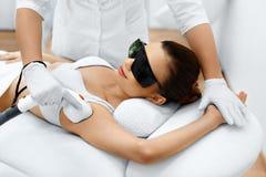 женщина воды спы здоровья ноги внимательности тела Удаление волос лазера Обработка Epilation Ровная кожа Стоковые Изображения