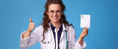 Женщина врача при рецепт показывая большие пальцы руки вверх Стоковое Изображение RF