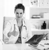 Женщина врача при fluorography показывая большие пальцы руки вверх Стоковые Фото