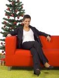 женщина времени софы рождества стоковое фото rf