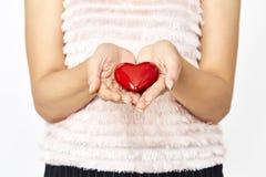 женщина вручает давать влюбленность сердца и делить концепцию Стоковая Фотография RF