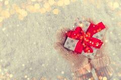 Женщина вручает держать подарок рождества, copyspace для текста стоковое изображение rf