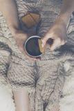 Женщина вручает держать вкусное теплое эспрессо кофе в керамических wi чашки Стоковое Фото