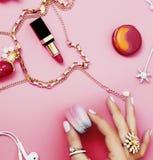 Женщина вручает держать macaroons с серией вещества девушки на розовой предпосылке, концепции аксессуаров девушек Стоковые Изображения