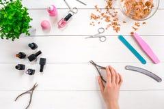 Женщина вручает заботу Взгляд сверху красивых ровных рук ` s женщины с профессиональным ногтем заботит инструменты для маникюра н стоковые изображения rf