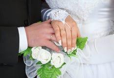 женщина вручает кольца мужчины wedding Стоковое Изображение