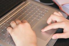 Женщина вручает крупный план печатая на клавиатуре стоковая фотография