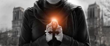 Женщина вручает молить с розарием и деревянным крестом стоковые фотографии rf