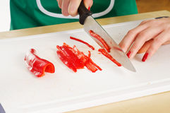 Женщина вручает перец julienne вырезывания стоковое изображение