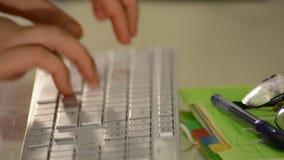 Женщина вручает печатать на клавиатуре компьютера на офисе сток-видео
