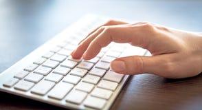 женщина вручает печатать на машинке клавиатуры Стоковое Фото