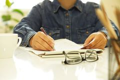 Женщина вручает писчую бумагу в офисе Стоковое фото RF