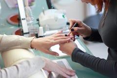 женщина вручает процесс manicure Женские руки Стоковые Изображения