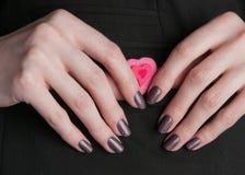 женщина вручает manicure стоковые изображения
