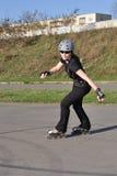 женщина встроенного отдыха деятельности катаясь на коньках Стоковое фото RF