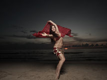 женщина вуали пляжа стоковое изображение rf