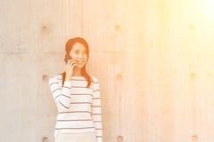 Женщина выбирает вверх звонок стоковое фото