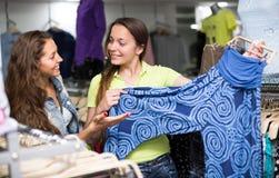 Женщина выбирая брюки на магазине Стоковые Фотографии RF