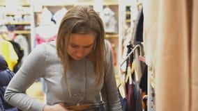 Женщина выбирая брюки сток-видео