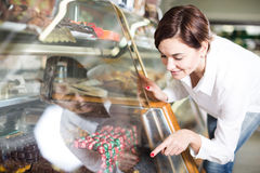 Женщина выбирая десерт Стоковые Изображения RF