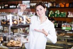Женщина выбирая десерт Стоковое фото RF